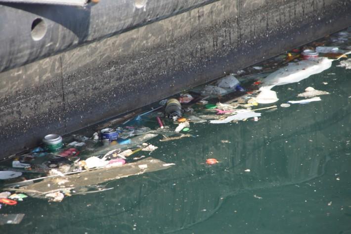 en surface, il y a malheureusement peu de difficultés à photographier ces déchets
